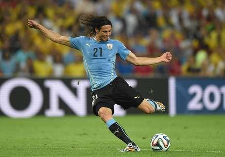 Edinson Cavani chuta forte em grande oportunidade de gol do Uruguai