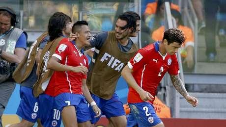 Titulares e reservas do Chile comemoram gol de Alexis Sanchez