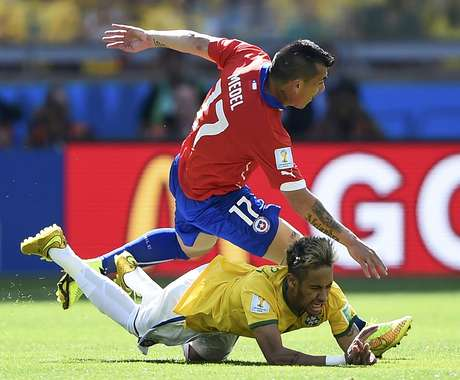 Medel, do Chile, e brasileiro Neymar dividem bola em jogo no Mineirão