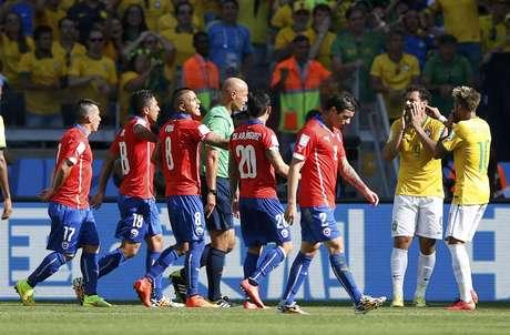 Durante o segundo tempo, Hulk marcou o gol da virada para o Brasil contra o Chile. Os jogadores da Seleção Brasileira chegaram a comemorar, mas o juiz anulou o tento por toque de mão de Hulk