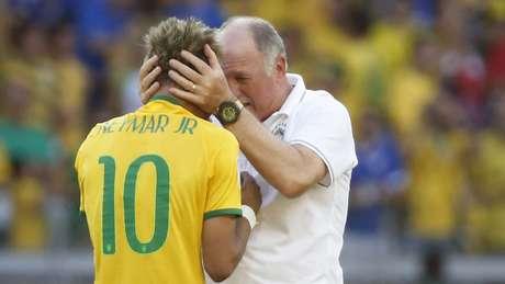 Neymar e Luiz Felipe Scolari vibram com a vitória brasileira