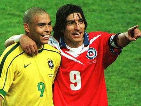 Ronaldo e Zamorano se abraçam durante confronto das oitavas de final da Copa de 1998; Brasil venceu por 4 a 1
