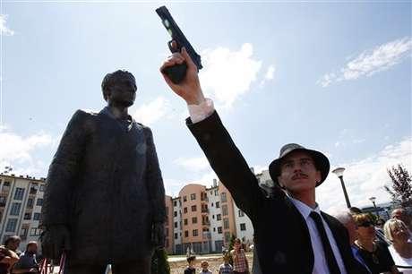 <p>Ator bósnio posa com uma arma, retratando o crime que ocorreu em 1914</p>