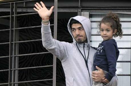 Luis Suárez foi banido do futebol por quatro meses e já voltou ao Uruguai