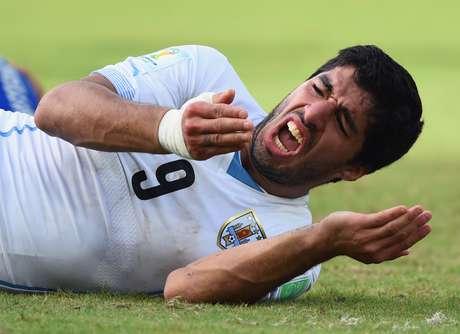 Luis Suárez foi banido do futebol por quatro meses