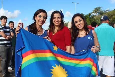 <p>As amigas Carolina Benedito e Mirela Albuquerque escolheram roupas em azul e branco para apoiar o time europeu, al&eacute;m de trazerem uma bandeira do Estado de Pernambuco.</p>