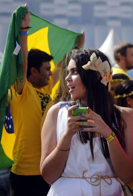 Torcedores da Costa Rica e Grécia colorem os arredores da Arena Pernambuco, em Recife, à espera do jogo que será decisivo para as duas seleções; quem vencer a disputa deste domingo permanece na Copa, quem perder volta para casa