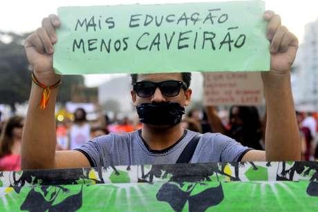 <p>Manifestante participa de protesto silencioso contra a violência policial, em frenteà arena Fifa Fan Fest de Copacabana, no Rio de Janeiro, em 29 de junho</p>