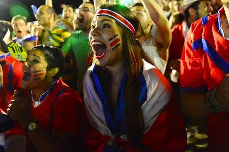 <p>A partida decisiva entre Costa Rica x Gr&eacute;cia reuniu milhares de torcedores nas areias de Copacabana, na Fifa Fan Fest, neste domingo. E a emo&ccedil;&atilde;o tomou conta, principalmente, porque o jogo&nbsp;que aconteceu na Arena Pernambuco, em Recife, terminou nos p&ecirc;naltis. A Costa Rica levou a melhor e se classificou, eliminando a Gr&eacute;cia.</p>