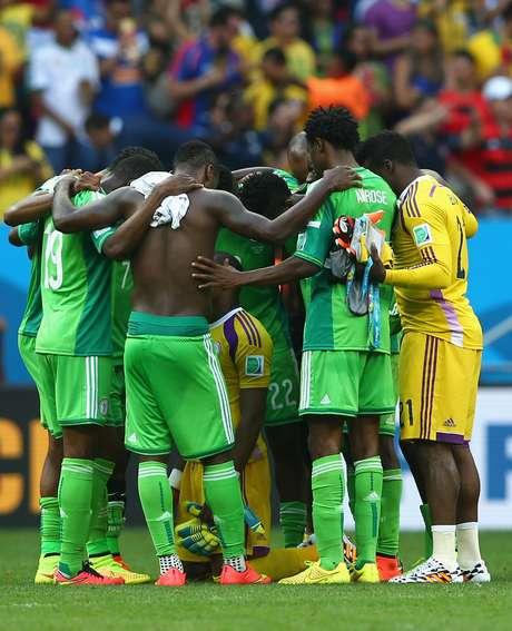 <p>A derrota por 2 a 0 para a Fran&ccedil;a acabou com o sonho da Nig&eacute;ria de permanecer na Copa. Ao final da partida, os jogadores deixaram o Est&aacute;dio Man&eacute; Garrincha, em Bras&iacute;lia, visivelmente abatidos. Na foto, jogadores nigerianos se abra&ccedil;am ao final do jogo</p>