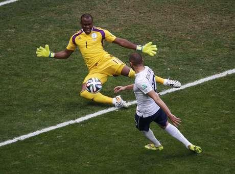 <p>França parava em boa atuação do goleiro africano Enyeama, que falhou na abertura do placar dos europeus</p>