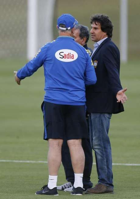 Diretor de comunicação da CBF, Rodrigo Paiva, conversa com o técnico Felipão em treino do Brasil nesta segunda-feira.