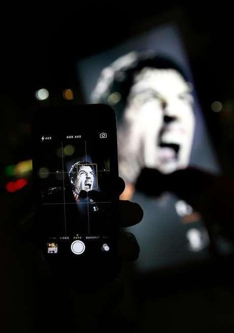 Uma pessoa tira foto de anúncio publicitário do atacante uruguio Luis Suárez em Copacabana, Rio de Janeiro.  26/6/2014.