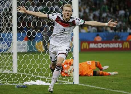 <p>Schürrle comemora o primeirogol em cima da Argélia em partida das oitavas de final no Beira-Rio. A Alemanha venceu por 2 a 1 e garantiu a vaga nas quartas de final da Copa do Mundo.</p>