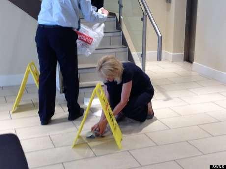 <p>Funcionários do banco fizeram a limpeza do local</p>