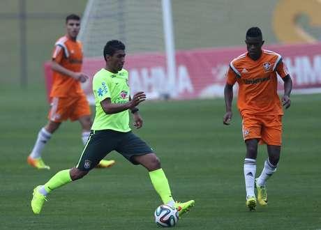 <p>Paulinho é o favorito para assumir a vaga de Luiz Gustavo, suspenso por dois cartões amarelos</p>