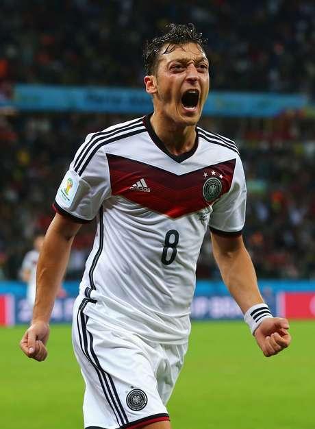 <p>Meia Mesut Özil anunciou doação para instituições de caridade do Brasil</p>