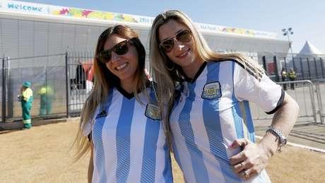 Animados, torcedores de Argentina x Suíça chegam à Arena Corinthians, em São Paulo, onde acontece a partida pelas oitavas de final da Copa do Mundo. Argentinos são maioria, mas suíços também marcam presença nos arredores do estádio
