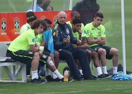 <p>Ao lado de David Luiz, Neymar exibe faixa no joelho</p>