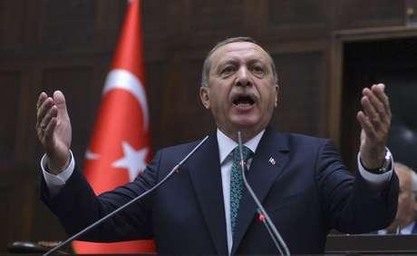 <p>Primeiro-ministro da Turquia, Tayyip Erdogan aborda os membros do seu partidoAKP, durante uma reunião no Parlamento turco,em Ancara, em 24 de junho</p>
