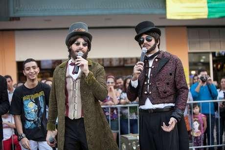 Rodrigo Faro e Latino se disfarçaram de mágicos de rua para gravar o quadro 'Famoso Vira Anônimo', do programa 'Hora do Faro', da TV Record, que vai ao ar neste domingo (6)