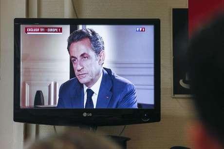 Transmissão da entrevista do ex-presidente francês Nicolas Sarkozy à rede de rádio e televisão TF1, em Lyon, na França, nesta quarta-feira. 02/07/2014 REUTERS.