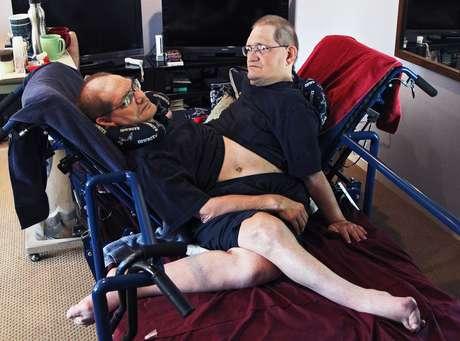 <p>Gêmeospassam a maior parte do tempo deitados em uma cama apropriada para eles</p>