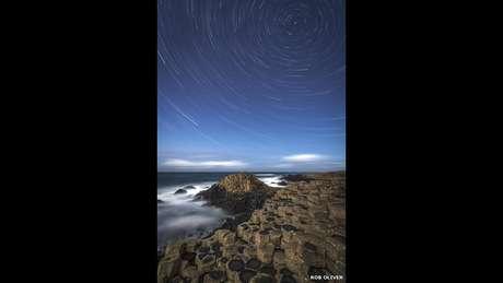<p>O Observat&oacute;rio Real de Greenwich, em parceria com a revista Sky at Night, da BBC, divulgou as imagens finalistas de um concurso de fotos de astronomia. Nesta foto, a forma&ccedil;&atilde;o rochosa Cal&ccedil;ada do Gigante (do ingl&ecirc;s Giant&#39;s Causeway), na Irlanda do Norte, &eacute; retratada sob um c&eacute;u estrelado</p>