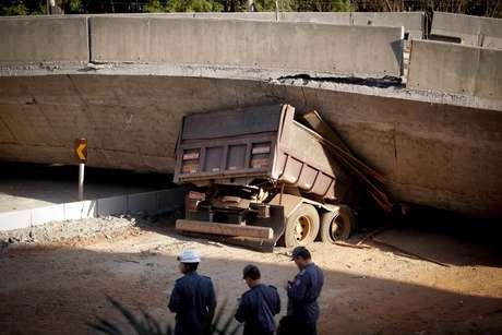 <p>Dois caminhões, um ônibus e um carro foram atingidos pela queda do viaduto Guararapes</p>