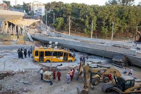 <p>Micro-ônibus é retirado debaixo do viaduto</p>