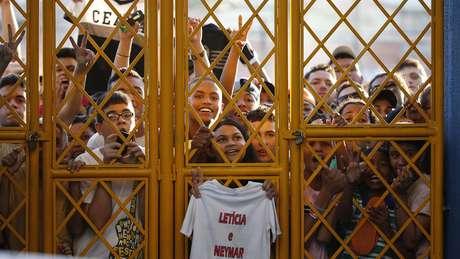 <p>Milhares de torcedores tentam acompanhar o treino da Sele&ccedil;&atilde;o Brasileira no Est&aacute;dio Presidente Vargas, em Fortaleza</p>