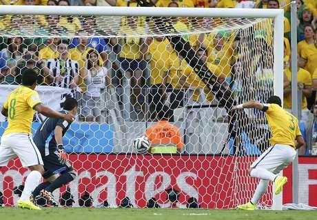 <p>Neymar cobra escanteio da esquerda, a zaga não corta e Thiago Silva, sozinho na segunda trave, completa para o fundo da rede e abre o placar para o Brasil. Com a vitória por2 a 1 sobre a Colômbia na Arena Castelão, em Fortaleza, a Seleção enfrenta a Alemanha na semifinal.</p>