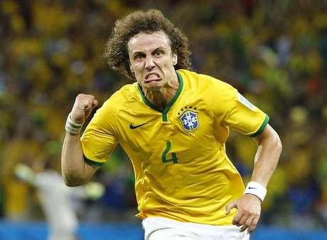 <p>David Luiz comemora após marcar gol em jogo contra a Colômbia</p>