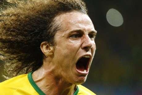 David Luiz comemora gol do Brasil contra a Colômbia.