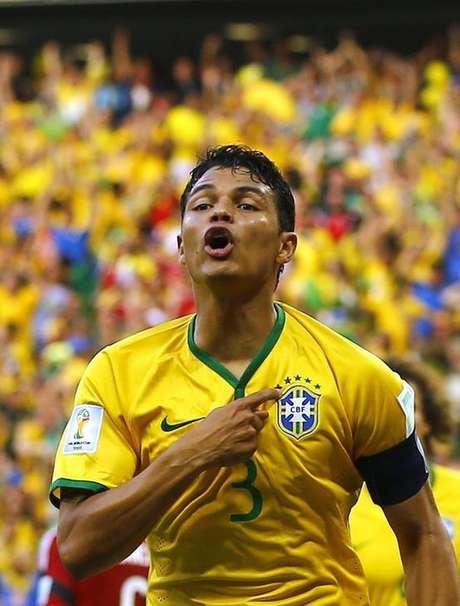 Thiago Silva comemora gol do Brasil contra a Colômbia.