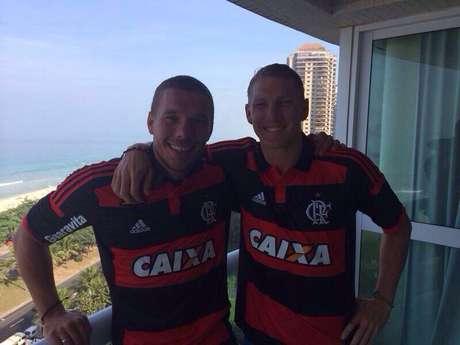 Lukas Podolski e Bastian Schweinsteiger vestem a camisa do Flamengo