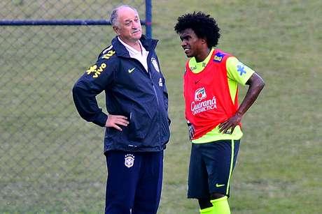 <p>Felipão conversa com Willian, possível substituto de Neymar</p>