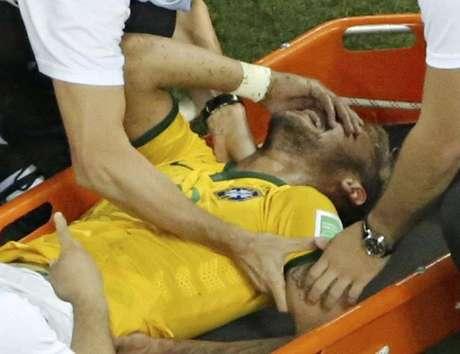 <p>Neymar deixou&nbsp;o campo de maca ap&oacute;s sofrer joalhada do colombiano Z&uacute;&ntilde;iga, e deve ficar at&eacute; oito semanas afastado dos gramados</p>