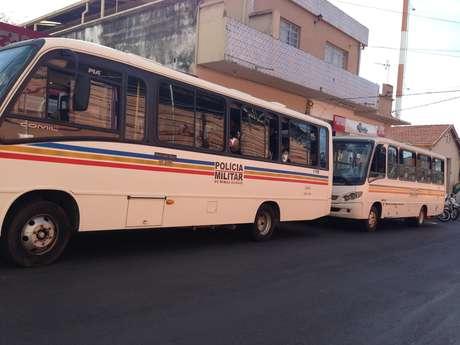 <p>Pelo menos cem policiais acompanharam a manifestação dentro de ônibus nas proximidades</p>