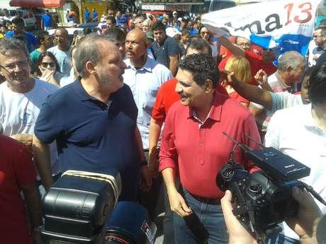 Candidato do PTB ao governo de Pernambuco, Armando Monteiro Neto (de azul), em caminhada em Brasília Teimosa, na zona sul do Recife