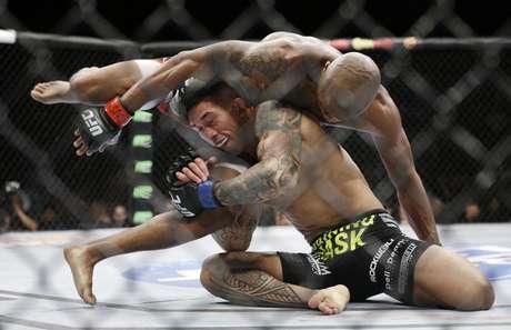 <p>Russel Doane tenta segurar a perna de Marcus Brimage</p>