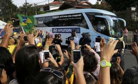 Os jogadores da Seleção Brasileira e a comissão técnica deixam a Granja Comary e se deslocam de ônibus até o Rio de Janeiro, onde o grupo pegará um avião até a capital mineira. A equipe enfrenta a Alemanha pela semifinal da Copa do Mundo na terça-feira