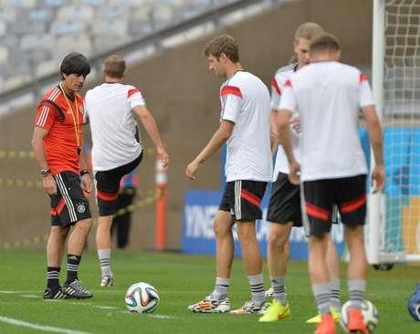 <p>Técnico Joachim Loew orienta a equipe durante trabalho da seleção alemãno Estádio Mineirão, em Belo Horizonte, que será palco da disputa contra o Brasil por uma vaga na final nesta terça-feira</p>