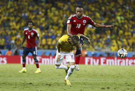 Neymar em lance com colombiano Camilo Zúñiga, que deu uma joelhada no brasileiro durante partida em Fortaleza que o deixou fora da Copa .  4/7/2014.