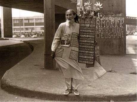 Gentileza passou a percorrer as ruas da capital fluminense nos anos 1980 para levar sua palavra de amor, bondade e respeito ao próximo. Era assim nos ônibus, praças, pontes, praias, calçadões e até nas apinhadas barcas da travessia Rio-Niterói