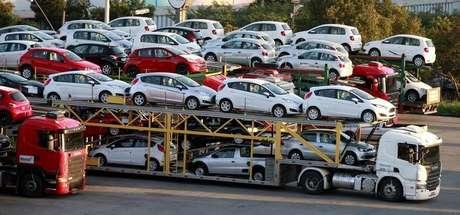<p>Indústria brasileira produziu mais de 300 mil carros por mês pela primeira vez no ano</p>
