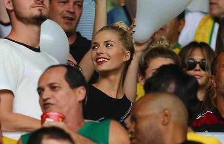 <p>Lena Gercke, namorada do jogador Sami Khedira, assiste ao jogo Brasil x Alemanha na arquibancada do Mineir&atilde;o, em Belo Horizonte</p>