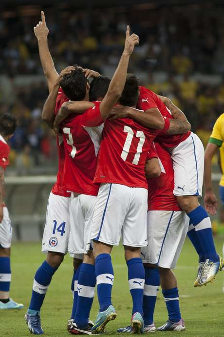 No primeiro confronto da Seleção Brasileira no novo Mineirão, chilenos saíram ovacionados por brasileiros em 2013