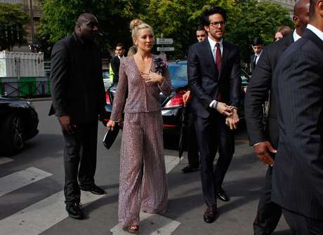 <p>&Agrave;s v&eacute;speras de completar 80 anos, Giorgio Armani n&atilde;o perde o f&ocirc;lego, mas estava destinado a tir&aacute;-lo da plateia que assistiu nesta ter&ccedil;a-feira (08), em Paris, ao desfile de sua marca de alta costura, Giorgio Armani Priv&eacute;. Kate Hudson estava na primeira fila</p>