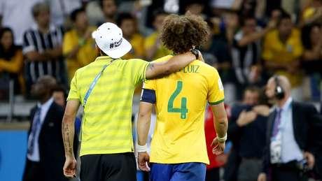 <p>Thiago Silva consola David Luiz ap&oacute;s a partida</p>
